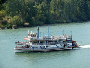 1_Sternwheeler_Columbia_Gorge_moving_downstream_in_Cascade_Locks_in_2006